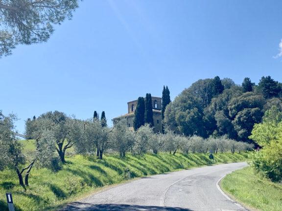 La villa di Suvignano vista dalla strada